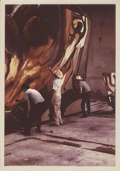 """Humberto Márquez, David A. Siqueiros y Mario Orozco durante el proceso de realización de uno de los tableros para el mural """"La Marcha de la Humanidad"""". Cuernavaca, Morelos. 1967"""