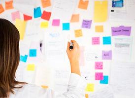 empresaria-trabajando-notas-oficina_23-2