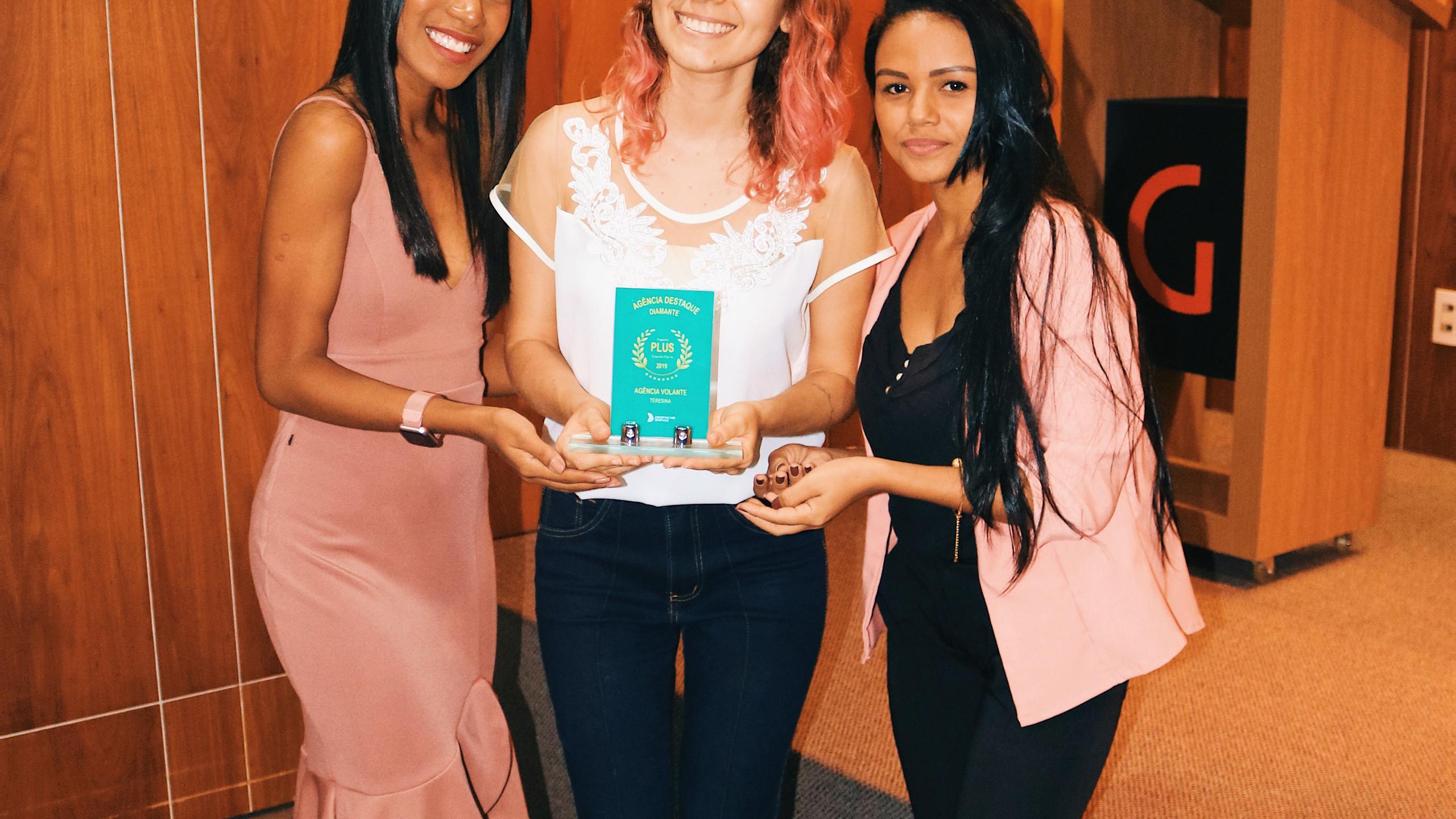 Camila e Maria Altaydes, representando a agência vencedora na categoria diamante, Teresina