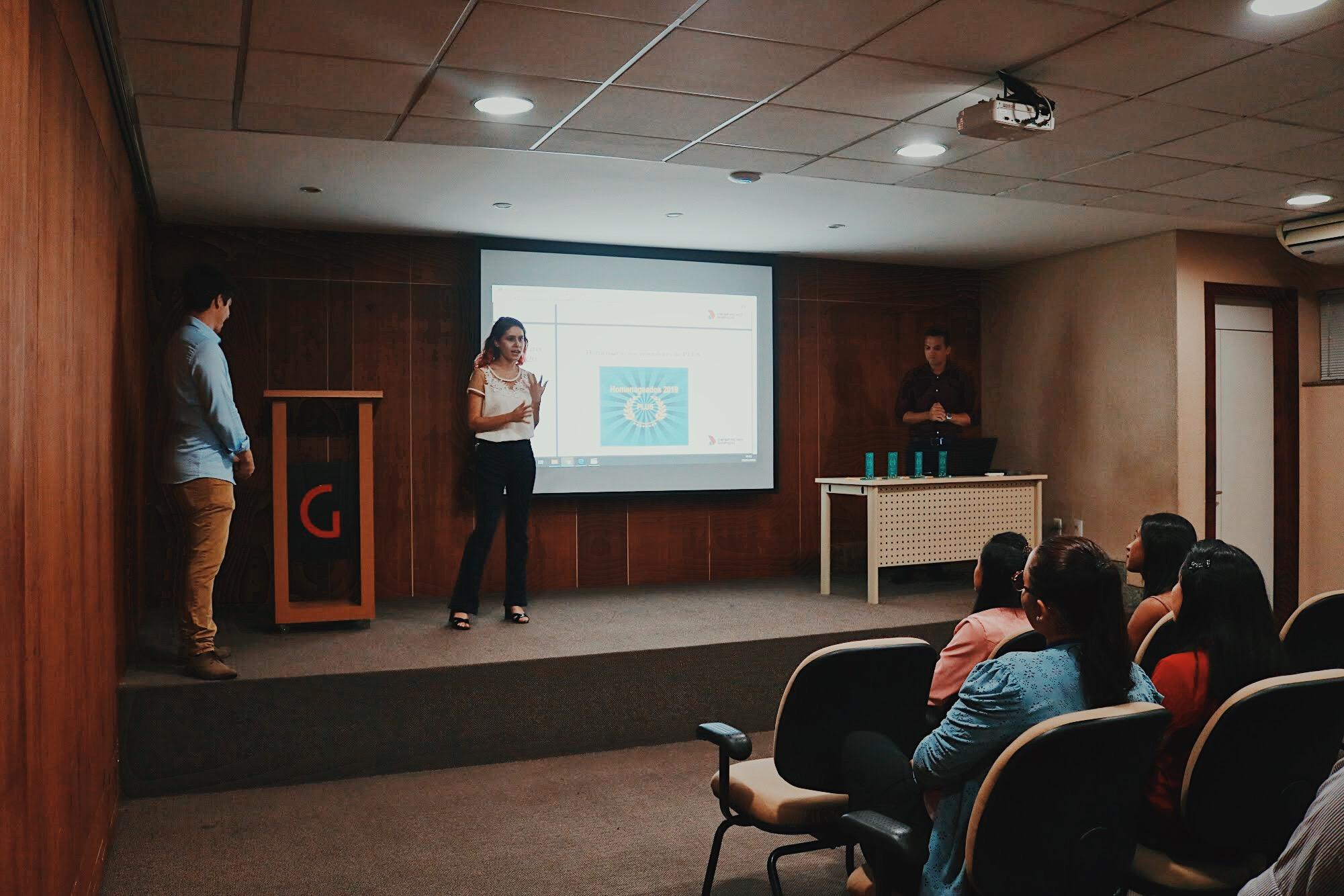 Alícia, responsável pelo marketing, explicou o Programa PLUS aos convidados