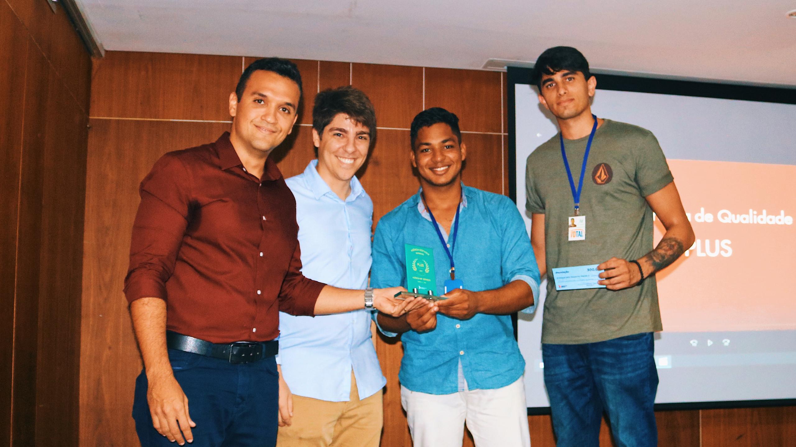 Mateus e Junior representando Abreu e Lima, homenageados na categoria Mármore