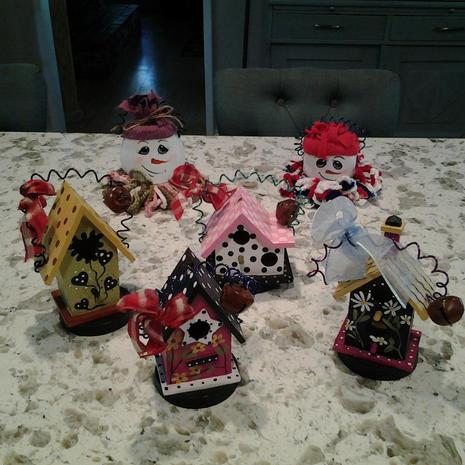 2 Plastic jar snowmen and 5 various wooden birdhouse ornaments