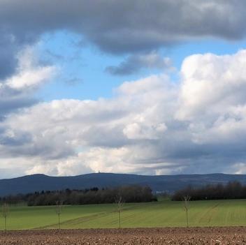 verdunkelnde Wolken über Heiligenstock und Taunus