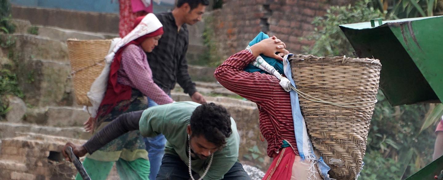 Frauen auf der Baustelle in Nepal