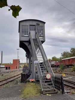 Stellwerk für den Verkehr auf dem Gelände des Bahnbetriebswerkes