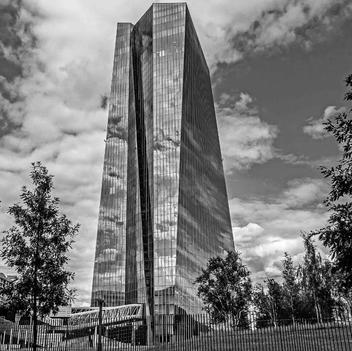 Wolkenbildung an der EZB (sw)