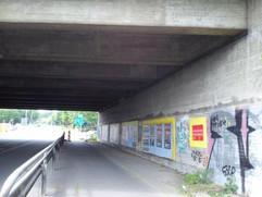 Musikszene auf Wandplakaten unter der Autobahnbrücke