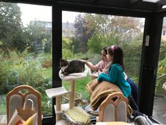 Besuch von Freunden mit ihren Kindern und Katzenstreicheln