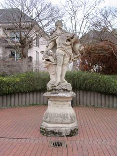 ein Portrait und eine Skulptur des Kurfürsten Clemens August