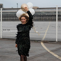 Single Cover DIE FEE, Sara Sommerfeldt im Federkleid mit Luftballons