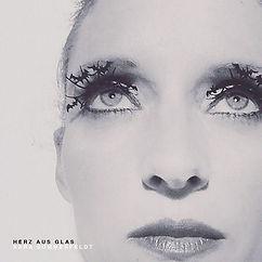 Album Cover HERZ AUS GLAS. Sara Sommerfeldt mit Fledermaus-Wimpern.