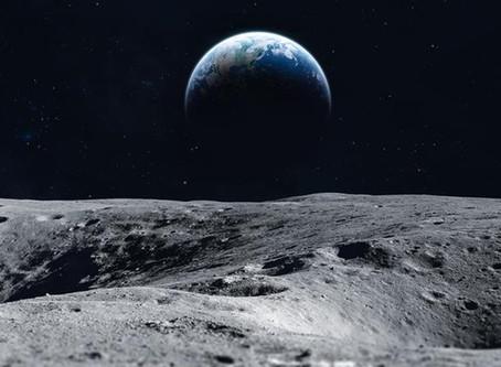 月から見る