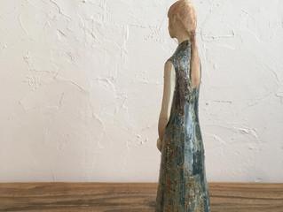 <ドレスの女性>