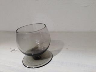 スモーキーグレーのリキュールグラス