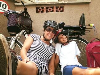 Mãe e filha de bike em SP