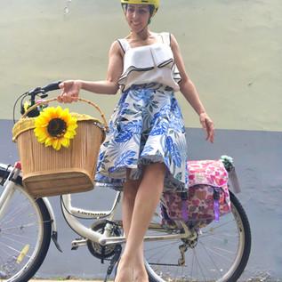Ela vai de bike e salto alto!