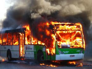 Acredite se quiser: incendiar ônibus ainda não é crime