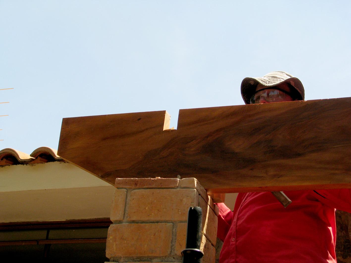 Estrutura em madeira sendo montada