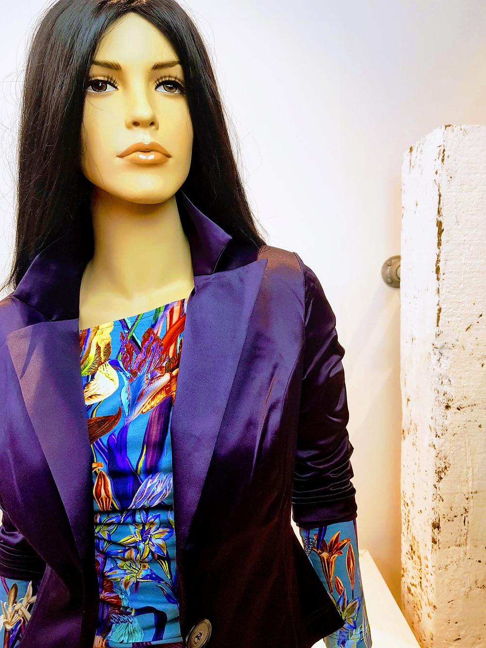 Blazer Gladys in elegante satijnen stof met daaronder jurk Louse in vrolijke en kleurrijke print.