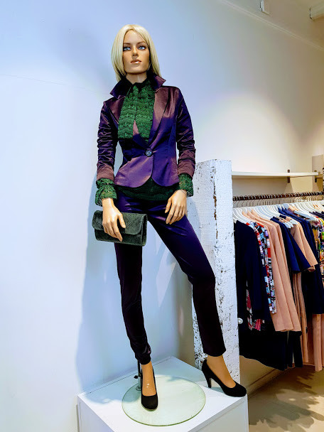 Paars broekpak in katoen/satijn bestaande uit broek en blazer met groene top van kant. Alleen te koop bij W&G designs en styling in Utrecht.