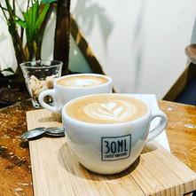 Heerlijke koffie drinken in een gezellige koffiebar