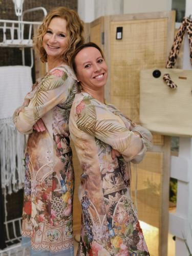 Susi & Elli in Kleidern von ANA ALCAZAR