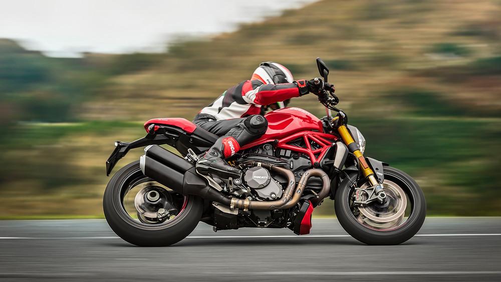 Ducati Monster nas curvas