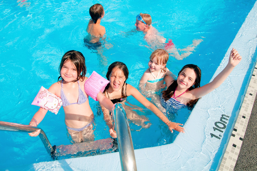 Enfants a la piscine d'un camping