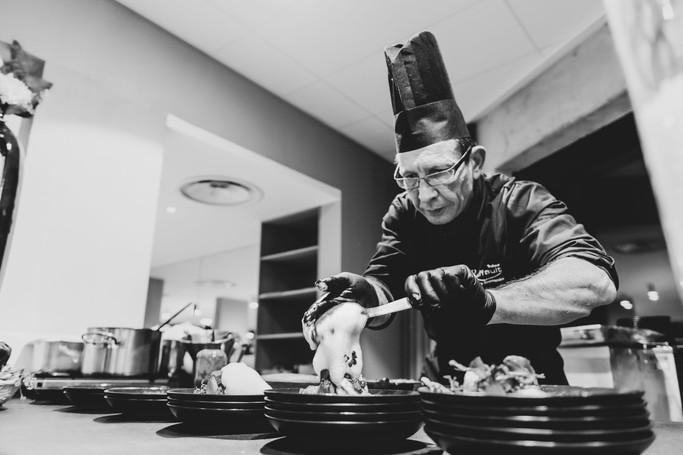 Cuisinier preparant un plat chaud