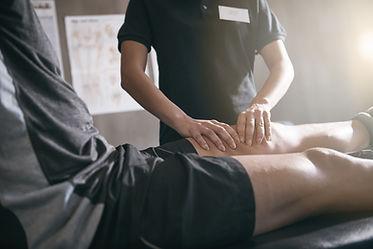 Blessure sportive homme massant la cuisse d'un homme en short