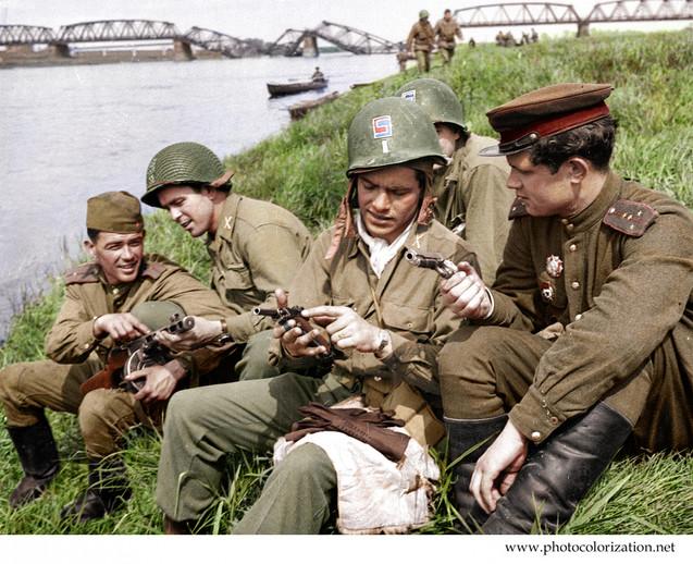 Советские и американские солдаты на бере