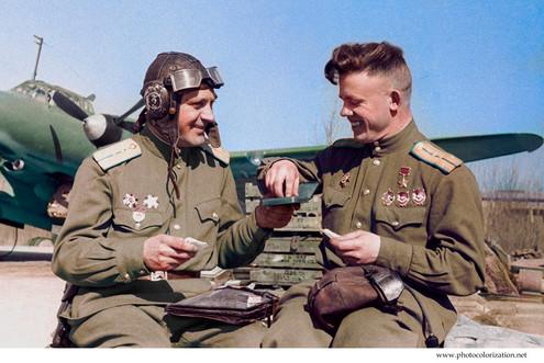 The pilots of the 81st aviation regiment resting near the PE-2 bomber / Летчики 81-го авиационного полка отдыхают около бомбардировщика Пе-2