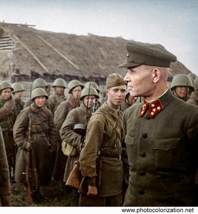Commander of the Kalinin front Colonel-General Ivan Konev talks with soldiers of the 31st army. 1941.