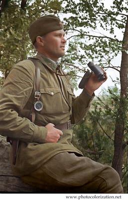 The commander of the infantry battalion, major А. I. Utvenko inspect the area before the attack. 20 army, July 1941 / Командир стрелкового батальона майор А.И. Утвенко осматривает местность перед атакой. 20-я армия, июль 1941 года