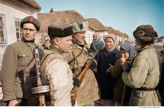 Officers of the 248 th infantry brigade talking with farmers in the liberated village near Kursk. / Офицеры 248-й стрелковой бригады разговаривают с колхозниками в освобожденном селе рядом с Курска.