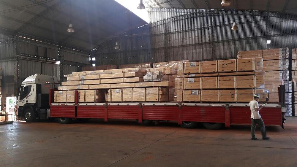 Camion de Patagonia Log Homes con el material de la casa