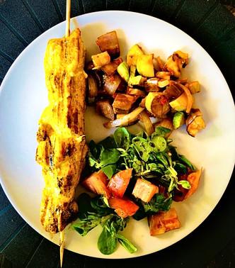 Brochette poulet curry au barbecue avec ses salades d'été