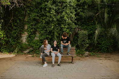 שתי בנות נוער מדברות עם מדריך בכפר הנוער בן שמן