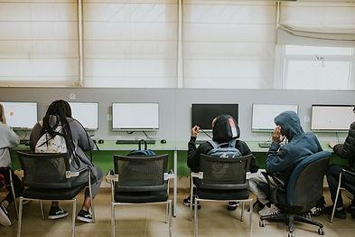 תמונה של נערים ונערות מול מחשבים בחדר המחשבים בכפר הנוער בן שמן