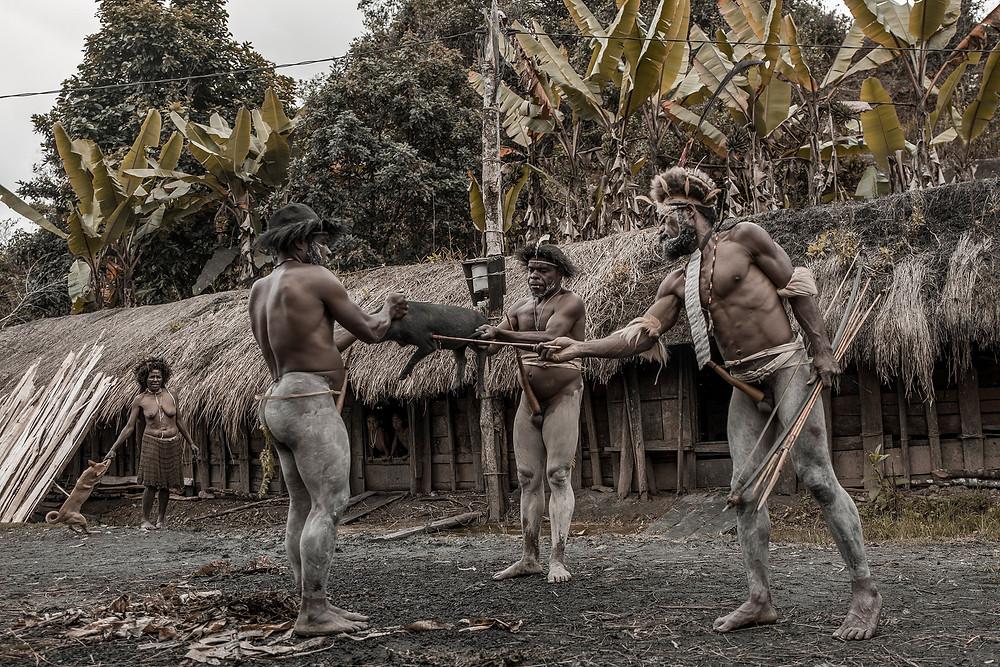 Mit einem Bambuspfeil und Bogen wird das Ferckel erschossen.