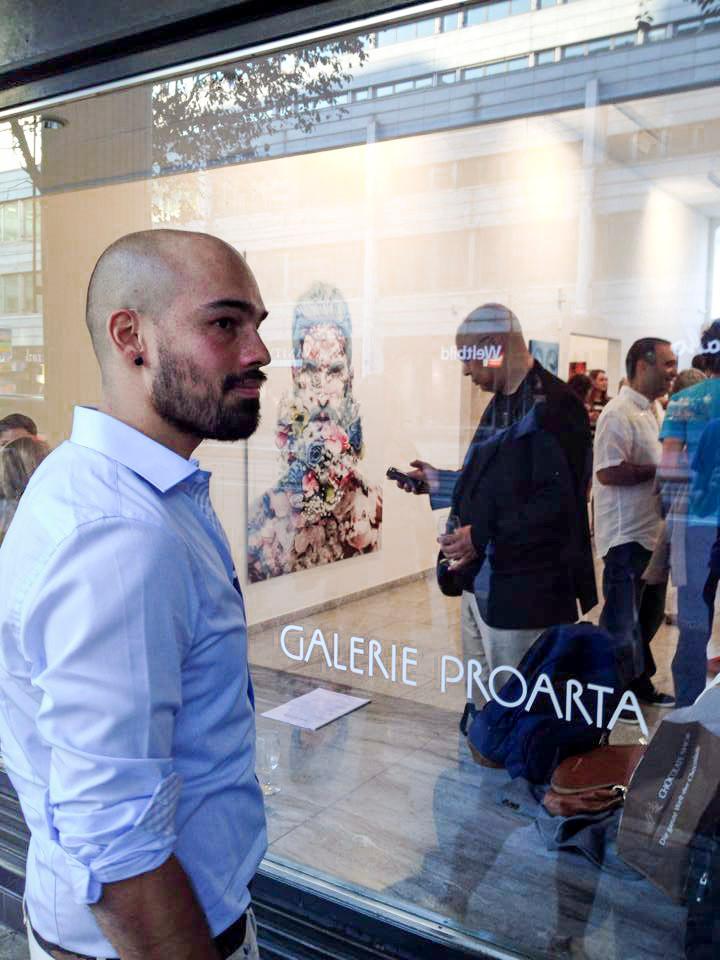"""Alexander Palacios im Hintergrund sein Werk """"Flowers in my Mind"""""""