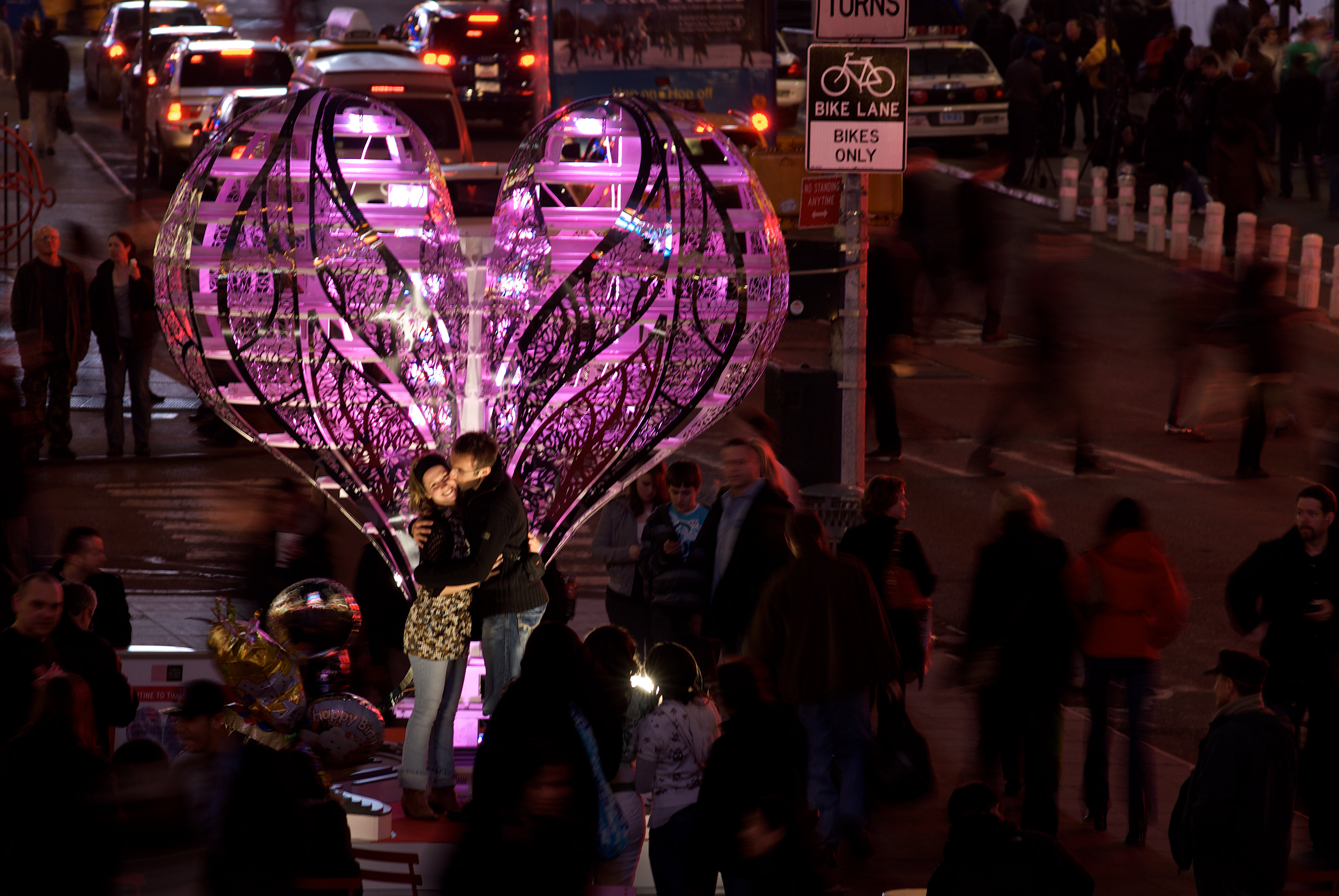 Chapter 11b Times Square Installation Valentine couple kissing DONE_HIGHER RESOLUTION