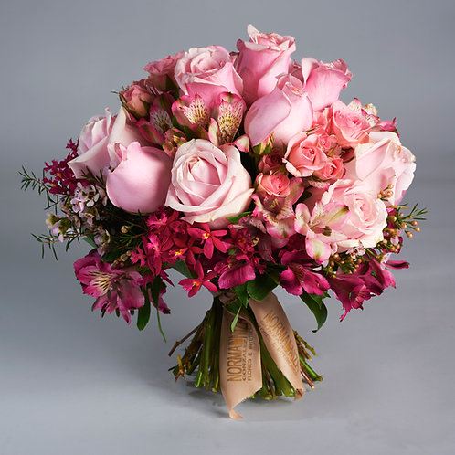Bouquet de rosas rosas y acompañamientos