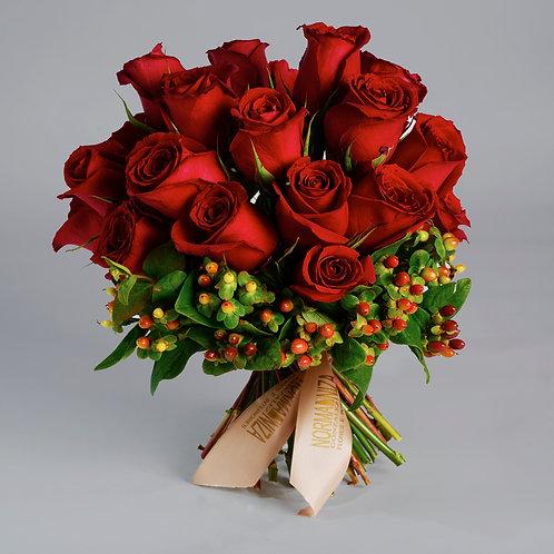 Bouquet de rosas con hipericum