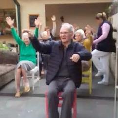Atividade de Fisioterapia na cheche para idosos