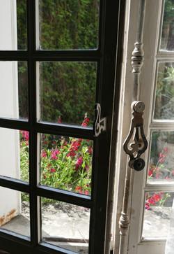 Fenêtre à petits carreaux et espagnolette