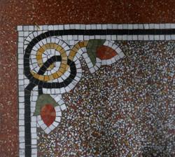 Tapis en granito avec ornements en mosaïque