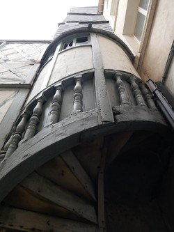 Escalier en vis semi hors-œuvre, à balustres.