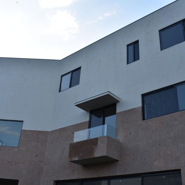 fachada con ventanas de aluminio eurovent serie 70