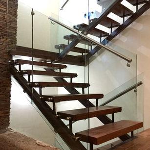barandal de cristal templado con chapetones en escalera